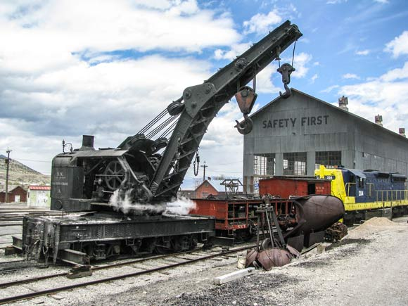 Steam-powered wrecking crane